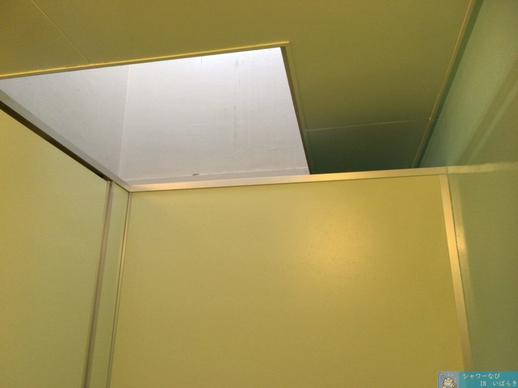 シャワールーム  個室 茨城 つくば市 洞峰公園 個室の分け方 天井部分は空いている